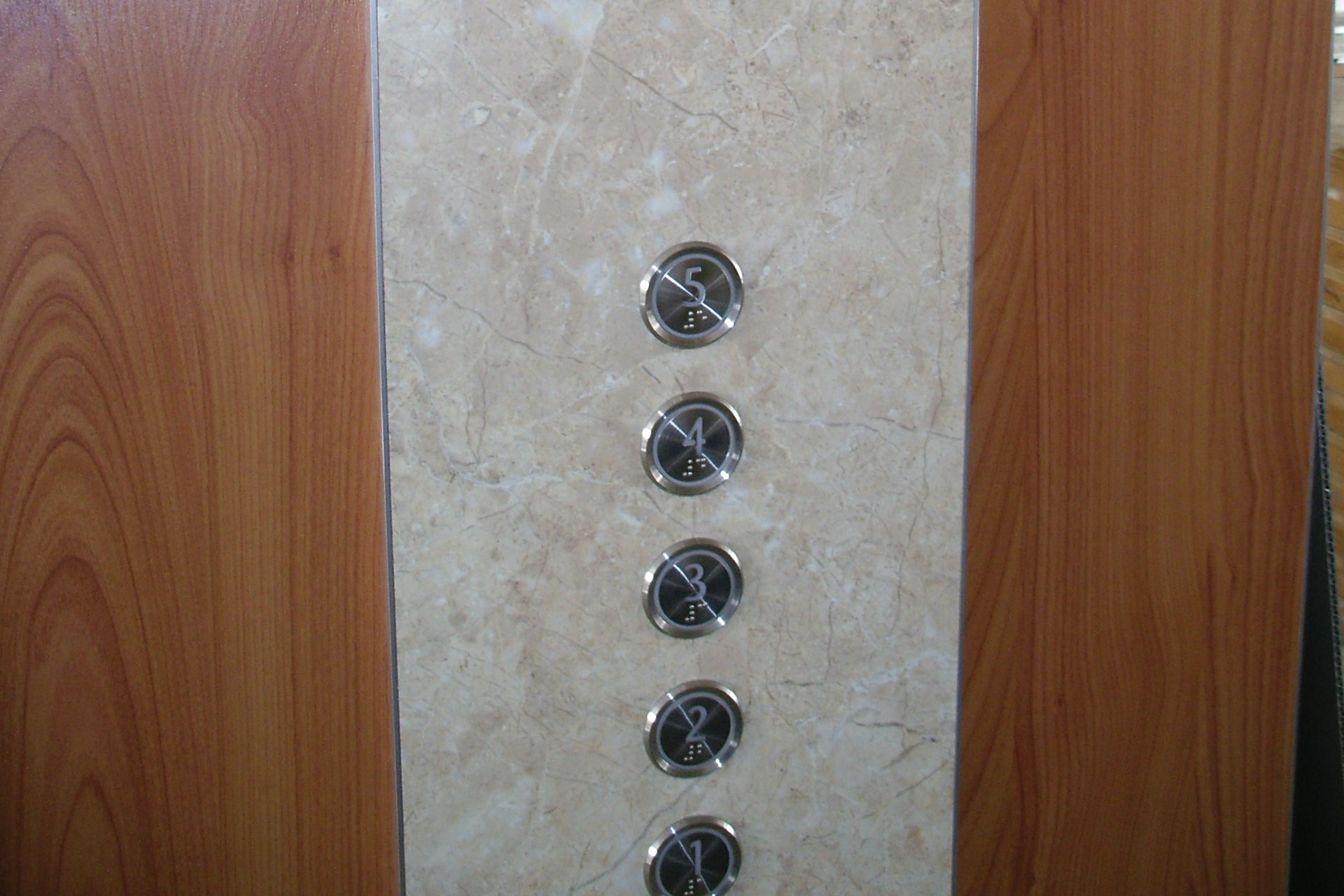 Ovladač ve výtahu, mramor a dřevo